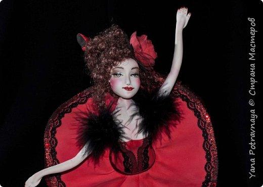 Балерина Кармен очень грациозная, легкая выполнена из фоамирана (пористой резины). Кукла снимается с подставки. Каркас у куклы проволочный. Ноги и руки сгибаются. Волосы из искусственных трессов. Роспись лица вручную акриловыми красками и пастелью (закреплена лаком). В одежде использованы боа из натуральных перьев, кружево, стразы, фатин. Роза выполнена из фоамирана вручную. фото 1
