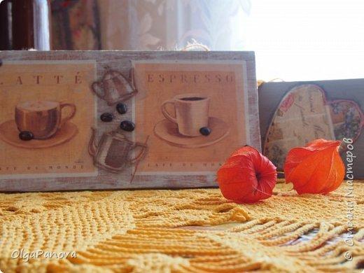 Декупажная карта и фрагменты салфеточки превратили кусок мебельного щита в панно. Сюжет карты и кофейные зёрна подсказали тему. Панно было подарено любимой сестре- любительнице кофе. фото 2