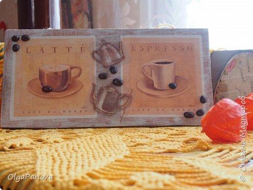 Декупажная карта и фрагменты салфеточки превратили кусок мебельного щита в панно. Сюжет карты и кофейные зёрна подсказали тему. Панно было подарено любимой сестре- любительнице кофе. фото 3