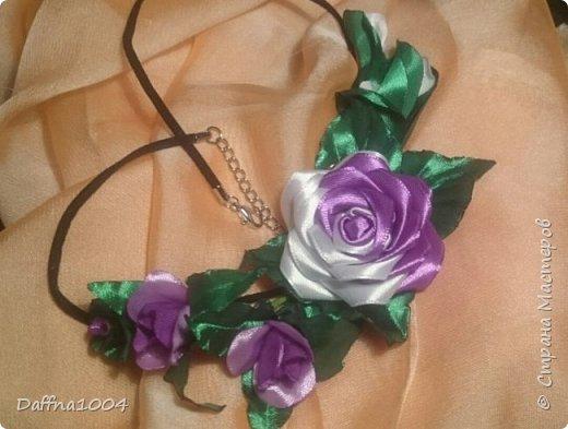 Колье из атласных лент и розой канзаши