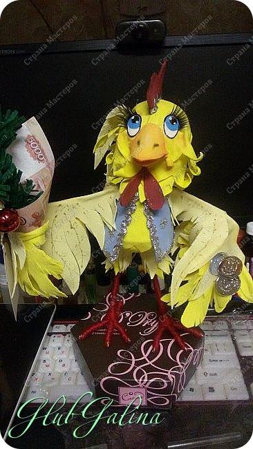 Хоть Новый Год уже давно прошёл,нашла фотографии новогоднего сувенира....и решила поделиться :) Вот такой Петя-Петушок у меня получился из фоамирана.... фото 1