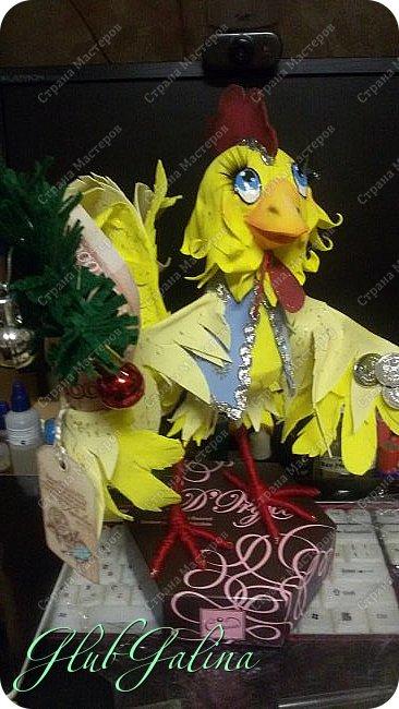 Хоть Новый Год уже давно прошёл,нашла фотографии новогоднего сувенира....и решила поделиться :) Вот такой Петя-Петушок у меня получился из фоамирана.... фото 2