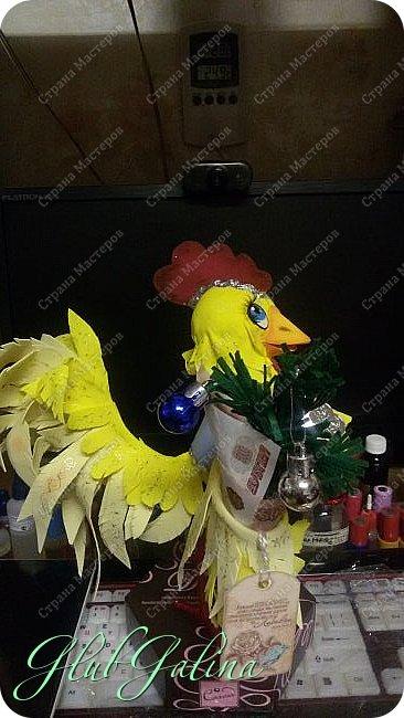 Хоть Новый Год уже давно прошёл,нашла фотографии новогоднего сувенира....и решила поделиться :) Вот такой Петя-Петушок у меня получился из фоамирана.... фото 3