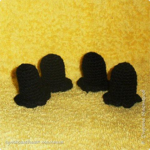 Потребуется: - нить чёрного цвета - нить белого цвета - крючок №2 - наполнитель - иглы и нити для сшивания и утяжек - пластиковые глазки и носик   Условные обозначения: Ка – кольцо амигуруми Сбн – столбик без накида Пр – прибавка, 2 сбн вывязать из 1 петли Уб – убавка, 2 сбн провязать вместе В конце каждого ряда в скобках указано количество петель в ряду  фото 8
