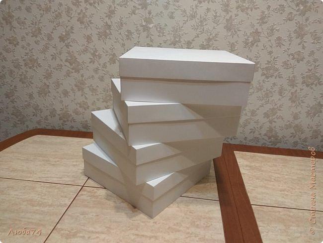Всем, доброго дня! К 8 марта у меня был вот такой коллективный заказ на свит-боксы. 5 красивых винтажных коробочек со сладостями и чаем. Размер коробочек 18 х 18 х 6 см. Все фоны на коробочках взяты  с интернета. Распечатывала на матовой фотобумаге пл. 200 гр. Коробочки украшены атласной лентой шириной 2,5 см. ленты сделала на резинке возле банта. Так удобнее натягивать ее на коробку. фото 6