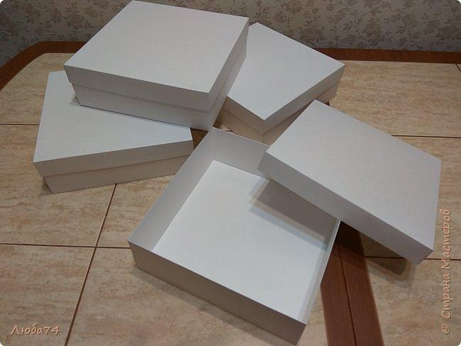 Всем, доброго дня! К 8 марта у меня был вот такой коллективный заказ на свит-боксы. 5 красивых винтажных коробочек со сладостями и чаем. Размер коробочек 18 х 18 х 6 см. Все фоны на коробочках взяты  с интернета. Распечатывала на матовой фотобумаге пл. 200 гр. Коробочки украшены атласной лентой шириной 2,5 см. ленты сделала на резинке возле банта. Так удобнее натягивать ее на коробку. фото 5