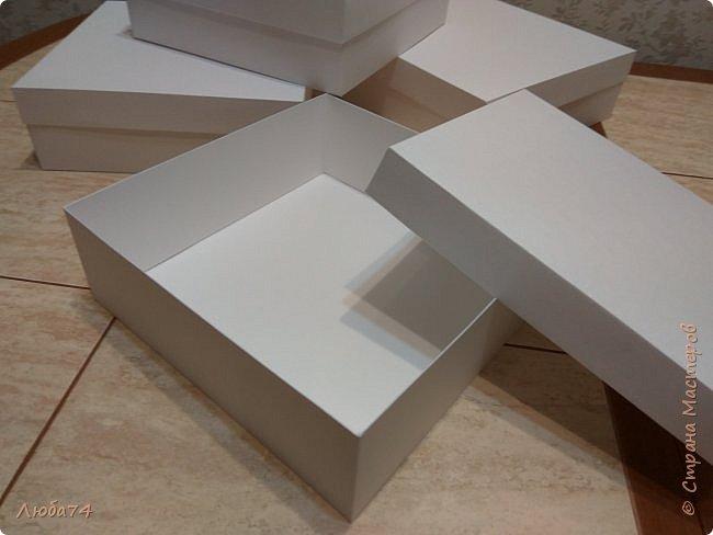 Всем, доброго дня! К 8 марта у меня был вот такой коллективный заказ на свит-боксы. 5 красивых винтажных коробочек со сладостями и чаем. Размер коробочек 18 х 18 х 6 см. Все фоны на коробочках взяты  с интернета. Распечатывала на матовой фотобумаге пл. 200 гр. Коробочки украшены атласной лентой шириной 2,5 см. ленты сделала на резинке возле банта. Так удобнее натягивать ее на коробку. фото 4