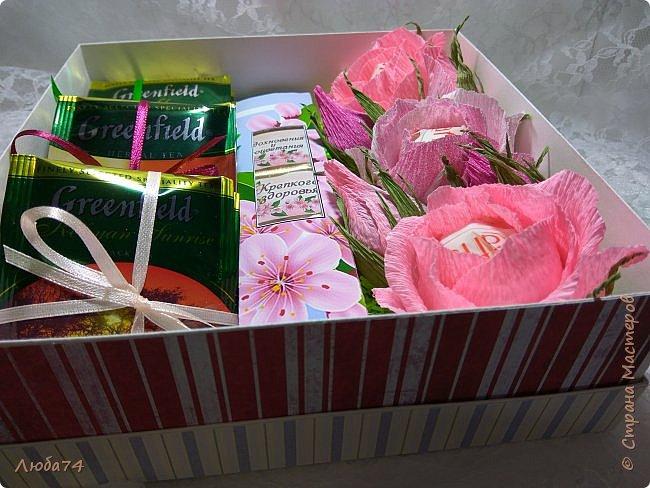 Всем, доброго дня! К 8 марта у меня был вот такой коллективный заказ на свит-боксы. 5 красивых винтажных коробочек со сладостями и чаем. Размер коробочек 18 х 18 х 6 см. Все фоны на коробочках взяты  с интернета. Распечатывала на матовой фотобумаге пл. 200 гр. Коробочки украшены атласной лентой шириной 2,5 см. ленты сделала на резинке возле банта. Так удобнее натягивать ее на коробку. фото 20