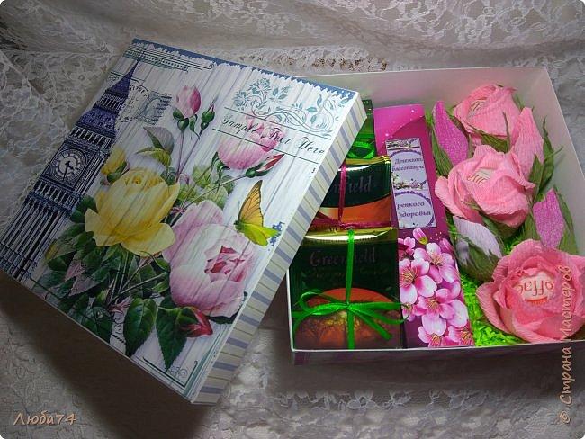 Всем, доброго дня! К 8 марта у меня был вот такой коллективный заказ на свит-боксы. 5 красивых винтажных коробочек со сладостями и чаем. Размер коробочек 18 х 18 х 6 см. Все фоны на коробочках взяты  с интернета. Распечатывала на матовой фотобумаге пл. 200 гр. Коробочки украшены атласной лентой шириной 2,5 см. ленты сделала на резинке возле банта. Так удобнее натягивать ее на коробку. фото 26