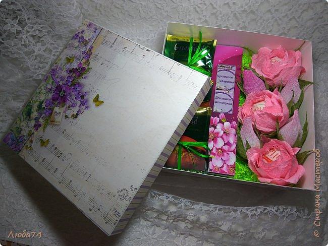 Всем, доброго дня! К 8 марта у меня был вот такой коллективный заказ на свит-боксы. 5 красивых винтажных коробочек со сладостями и чаем. Размер коробочек 18 х 18 х 6 см. Все фоны на коробочках взяты  с интернета. Распечатывала на матовой фотобумаге пл. 200 гр. Коробочки украшены атласной лентой шириной 2,5 см. ленты сделала на резинке возле банта. Так удобнее натягивать ее на коробку. фото 32