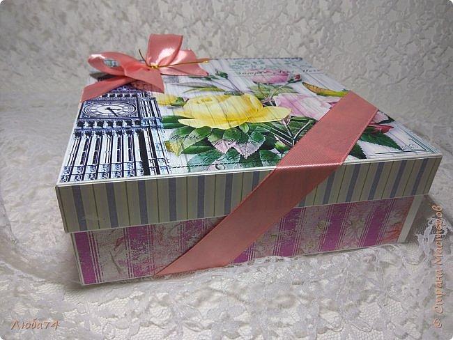 Всем, доброго дня! К 8 марта у меня был вот такой коллективный заказ на свит-боксы. 5 красивых винтажных коробочек со сладостями и чаем. Размер коробочек 18 х 18 х 6 см. Все фоны на коробочках взяты  с интернета. Распечатывала на матовой фотобумаге пл. 200 гр. Коробочки украшены атласной лентой шириной 2,5 см. ленты сделала на резинке возле банта. Так удобнее натягивать ее на коробку. фото 28