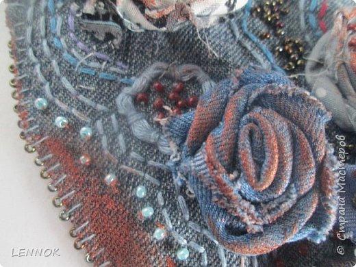 Украшение из остатков джинсов и полимерной глины. Хотела научиться крутить розы а сшилось такое. фото 6
