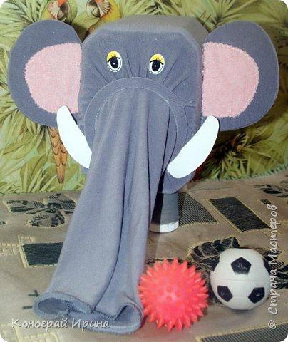 В такого слона я помещаю небольшие игрушки, а ребёнок через хобот их вытаскивает. Детки постарше могут по очереди наощупь определять, что лежит в слоне и отгадывать. Получается игра на отгадывание. фото 1