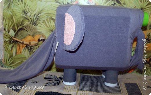 В такого слона я помещаю небольшие игрушки, а ребёнок через хобот их вытаскивает. Детки постарше могут по очереди наощупь определять, что лежит в слоне и отгадывать. Получается игра на отгадывание. фото 3