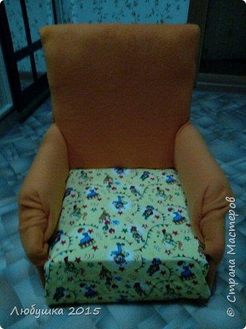Добрый день. Вот решила я к рождению доченьки своей сделать для нее коврик игровой. Взяла два куска ткани, поролон, сшила по краям. Затем отнесла в ателье чтобы мне прострочили бортики и квадраты, т.к. моя машинка не пробивает такую толщину. Затем взяла трубу металлопластик диаметром 15 мм, обтянула поролоном и тканью. Все в том же ателье мне сделали отверстия и обжали колечками. Теперь можго менять игрушки легко. Доча с месяцев 3х и до сих пор, а ей уже 1,5 годика, любит играть на этом коврике. фото 3