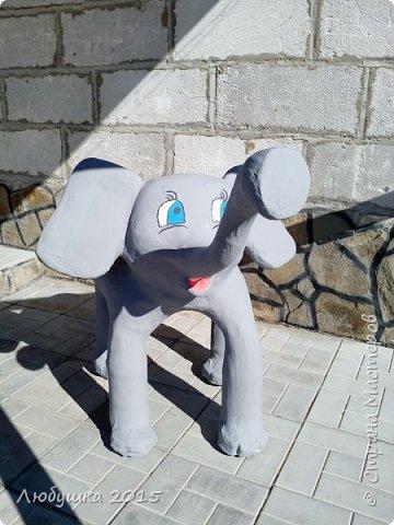 Здравствуйте. Вдохновившись МК бисерушки http://stranamasterov.ru/node/220730 по созданию лебедя-кашпо, решила сделать еще и слона-кашпо. Взяла старый тазик, обвязала его проволокой, привязала канистру 5л и вставила в нее сетку, как основу для ушей. Покрыла все монтажной пеной, вырезала, обмотала марлей, покрыла клеем ПВА. Затем все покрыла слоем гипсовой шпатлевки, затем отшлифовала сеткой и покрасила. Красота????????? фото 3