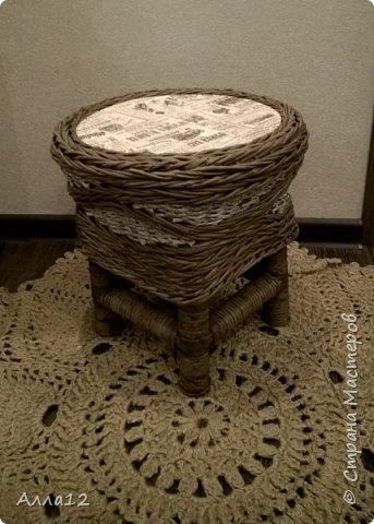 Накопилось трубок от фольги, склеился и сплелся вот такой стульчик.  фото 1