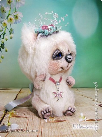 """Малышка, милая белая мишка Пушинка из моей новой коллекции: """"Сладкие детки"""". Мишка Пушинка сшита полностью вручную, по новой выкройке, из альпаки с длинным и коротким ворсом. Головушка на двойном шплинте, а лапки, на т-образном. Веки, нос и пяточки - натуральная кожа. На головушке украшение, сделанное из шелковых лент, органзы и бисера..  Довольно тяжеленькая)) фото 2"""