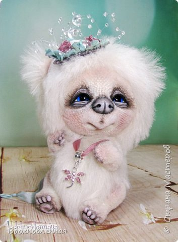 """Малышка, милая белая мишка Пушинка из моей новой коллекции: """"Сладкие детки"""". Мишка Пушинка сшита полностью вручную, по новой выкройке, из альпаки с длинным и коротким ворсом. Головушка на двойном шплинте, а лапки, на т-образном. Веки, нос и пяточки - натуральная кожа. На головушке украшение, сделанное из шелковых лент, органзы и бисера..  Довольно тяжеленькая)) фото 3"""