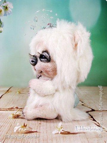 """Малышка, милая белая мишка Пушинка из моей новой коллекции: """"Сладкие детки"""". Мишка Пушинка сшита полностью вручную, по новой выкройке, из альпаки с длинным и коротким ворсом. Головушка на двойном шплинте, а лапки, на т-образном. Веки, нос и пяточки - натуральная кожа. На головушке украшение, сделанное из шелковых лент, органзы и бисера..  Довольно тяжеленькая)) фото 4"""