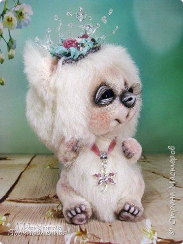 """Малышка, милая белая мишка Пушинка из моей новой коллекции: """"Сладкие детки"""". Мишка Пушинка сшита полностью вручную, по новой выкройке, из альпаки с длинным и коротким ворсом. Головушка на двойном шплинте, а лапки, на т-образном. Веки, нос и пяточки - натуральная кожа. На головушке украшение, сделанное из шелковых лент, органзы и бисера..  Довольно тяжеленькая)) фото 5"""