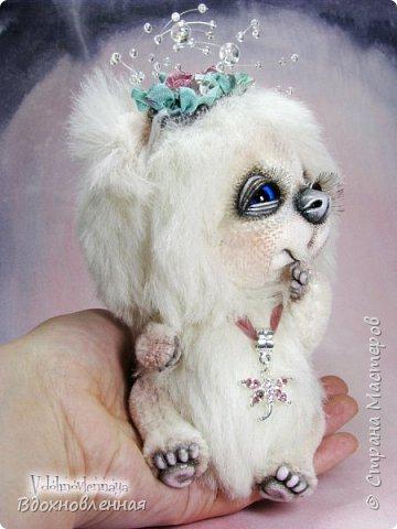 """Малышка, милая белая мишка Пушинка из моей новой коллекции: """"Сладкие детки"""". Мишка Пушинка сшита полностью вручную, по новой выкройке, из альпаки с длинным и коротким ворсом. Головушка на двойном шплинте, а лапки, на т-образном. Веки, нос и пяточки - натуральная кожа. На головушке украшение, сделанное из шелковых лент, органзы и бисера..  Довольно тяжеленькая)) фото 12"""