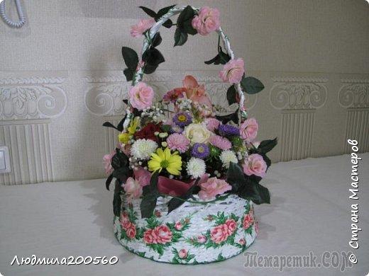 Готовая свадебная корзинка,с живыми цветами. фото 1