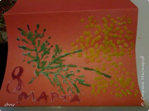 На подарки Варюша делала открытки в новой для нас технике.Рисунок  покрыли клеем ПВА и сразу же посыпали манкой.Когда подсохло немного расрасили акварелью.Внутри открытки написала поздравление и нарисовала салют,так же ПВА ,но посыпала цветным песком.С манкой понравилось больше.Когда начинаешь красить прямо видно как краска растекается по крупе. фото 2