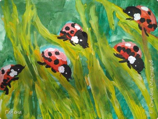 Как,иногда, приятно зимой,ранней весной вспомнить о теплом лете.Божьи коровки,наверное,самые яркие представители этого времени года.И их так легко и интересно рисовать деткам.А всего то надо,найти лист бумаги и гуашевые краски.И так,приступим! фото 26