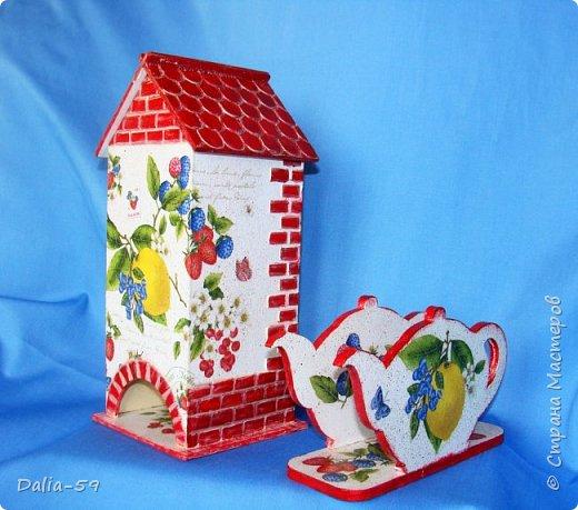 """Всех приветствую!Очень мне нравятся чайные домики,люблю их делать и дарить.Заготовки с Ярмарки мастеров.Кирпичики через трафарет шпатлевкой по дереву""""текс"""",крыша тоже через трафарет шпатлевкой.Стены декупаж салфетками. фото 1"""