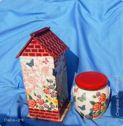 """Всех приветствую!Очень мне нравятся чайные домики,люблю их делать и дарить.Заготовки с Ярмарки мастеров.Кирпичики через трафарет шпатлевкой по дереву""""текс"""",крыша тоже через трафарет шпатлевкой.Стены декупаж салфетками. фото 9"""