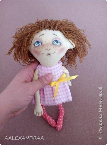 Всем привет! Вот такая куколка у меня сегодня получилась,планировалось сделать её веселой ,смешной.нарисовать просто два глаза и ротик. Но передумала и вот получилось то,что получилось))))) фото 8
