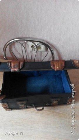Здравствуйте, у меня сегодня кожаный чемоданчик из обувной коробки, сделала себе для хранения обувных кремов и ложек, внутри обклеен джинсовой тканью. фото 6