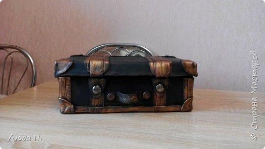 Здравствуйте, у меня сегодня кожаный чемоданчик из обувной коробки, сделала себе для хранения обувных кремов и ложек, внутри обклеен джинсовой тканью. фото 2