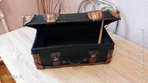 Здравствуйте, у меня сегодня кожаный чемоданчик из обувной коробки, сделала себе для хранения обувных кремов и ложек, внутри обклеен джинсовой тканью. фото 5