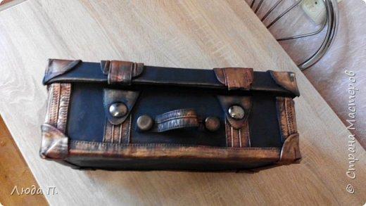 Здравствуйте, у меня сегодня кожаный чемоданчик из обувной коробки, сделала себе для хранения обувных кремов и ложек, внутри обклеен джинсовой тканью. фото 4