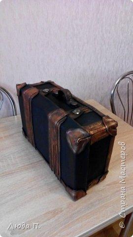 Здравствуйте, у меня сегодня кожаный чемоданчик из обувной коробки, сделала себе для хранения обувных кремов и ложек, внутри обклеен джинсовой тканью. фото 3