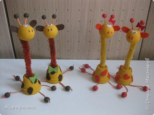 """Этих милых жирафиков я сделала из набора для творчества """" Дружочки из горшочка"""". Одна парочка была подарена моему первому воспитаннику Илюше на 16лет,а другая осталась жить у меня.На фото №2 можно посмотреть как выглядит набор.На последнем фото №9 жираф из пластилина, сделанный Ильёй в 8лет, он долгожитель,напоминает нам о детстве. фото 6"""