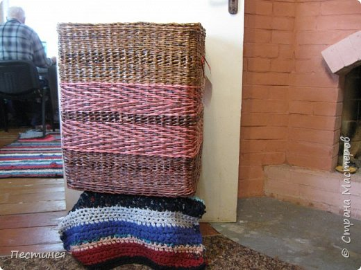 иногда  приходит вдохновение на плетение  это вот сплелось типа под гжель сначало  сапожок потом корзинка, уже подарен фото 7