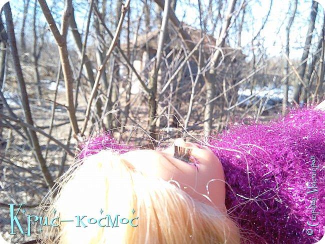 Привет, СМ! Вот я вышла на прогулку и прихватила с собой Алису. На нее связала платье-свитер по МК Мирабелы.  Давайте посмотрим.  фото 12