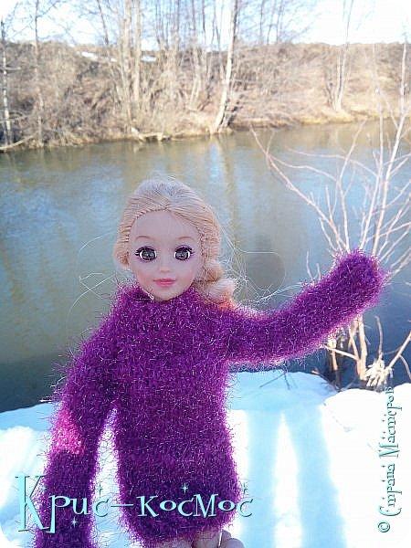 Привет, СМ! Вот я вышла на прогулку и прихватила с собой Алису. На нее связала платье-свитер по МК Мирабелы.  Давайте посмотрим.  фото 31