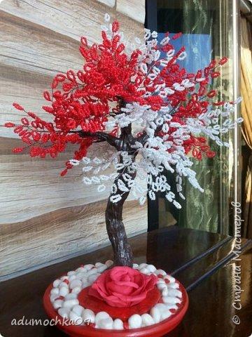 Здравствуйте,уважаемые мастера и мастерицы!Под деревом красный гипсовый подсвечник в виде сердца,хотела поставить туда свечу-таблетку,но ветки нагревались,и я остановилась на розе,такой вариант мне понравился и я повторила его на другом дереве. фото 1