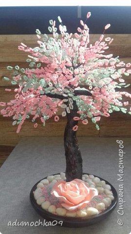 Здравствуйте,уважаемые мастера и мастерицы!Под деревом красный гипсовый подсвечник в виде сердца,хотела поставить туда свечу-таблетку,но ветки нагревались,и я остановилась на розе,такой вариант мне понравился и я повторила его на другом дереве. фото 2