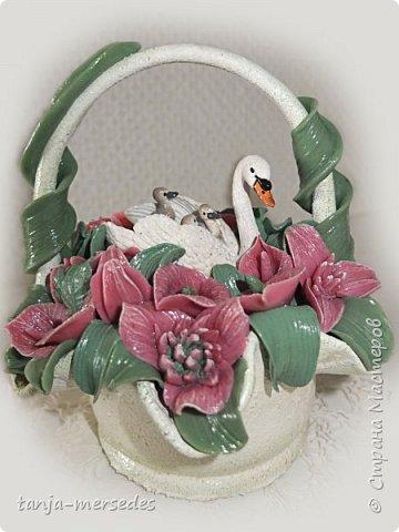 Лебеди и ваза-не я делала.Только цветы и листья.Продаются изумительные миниатюрные фигурки Schleich и не дорого.Я с удовольствием ими пользуюсь.А формы для массы(тарелки,вазочки)покупаю на блошинных рынках.Попадаются и антикварные. фото 1