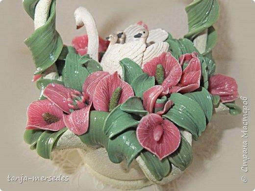 Лебеди и ваза-не я делала.Только цветы и листья.Продаются изумительные миниатюрные фигурки Schleich и не дорого.Я с удовольствием ими пользуюсь.А формы для массы(тарелки,вазочки)покупаю на блошинных рынках.Попадаются и антикварные. фото 3