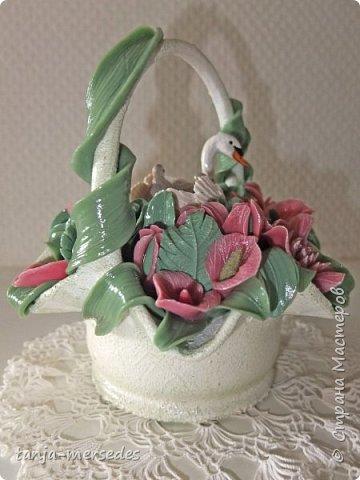 Лебеди и ваза-не я делала.Только цветы и листья.Продаются изумительные миниатюрные фигурки Schleich и не дорого.Я с удовольствием ими пользуюсь.А формы для массы(тарелки,вазочки)покупаю на блошинных рынках.Попадаются и антикварные. фото 5