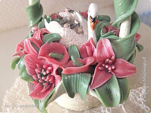 Лебеди и ваза-не я делала.Только цветы и листья.Продаются изумительные миниатюрные фигурки Schleich и не дорого.Я с удовольствием ими пользуюсь.А формы для массы(тарелки,вазочки)покупаю на блошинных рынках.Попадаются и антикварные. фото 2