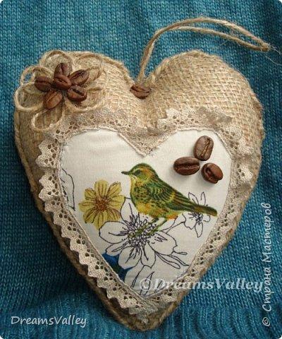 Сердечко сделано в подарок бывшей коллеге. Девушка любит работы из мешковины и кофе. Надеюсь, что птичка её тоже не оставит равнодушной. Тем более, что сейчас весна и повсюду слышны птичьи трели.  фото 1
