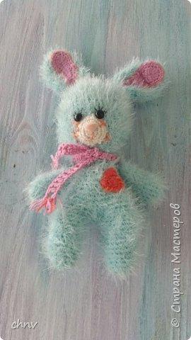 На день рождение любимой внучки связала куклу Ириску(автор Мария Сосова).Довольно большая-около 50 см.Такая смешная кривоножка.Глазки связаны крючком(черное),блик и голубое-вышито.В оригинале глаза покупные. фото 10