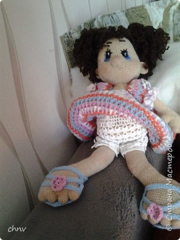 На день рождение любимой внучки связала куклу Ириску(автор Мария Сосова).Довольно большая-около 50 см.Такая смешная кривоножка.Глазки связаны крючком(черное),блик и голубое-вышито.В оригинале глаза покупные. фото 3